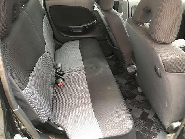 後部座席は、汚れがございますが、大人が普通に座れる広さがございます。