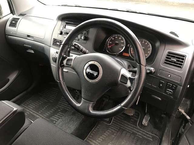 運転席まわりは、ブラックを基調としております。純正でモモステアリング!