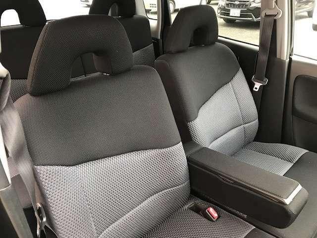 運転席と助手席には、小物入れ機能も付いたアームレストも付いております。