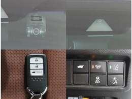 スマートキーはカバンやポケットに携帯するだけで、ドアの施錠、解除ができます。雨の日や荷物の多い日に便利です。最近増えてきたドライブレコーダーもついていますよ~
