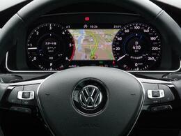 ACC(アダプティブクルーズコントロール)はクルーズコントロールとレダーセンサーを組み合わせ、前走車に追従して走行。そのACCの操作、パドルシフト、ハンズフリーフォン機能設定などが行えます。