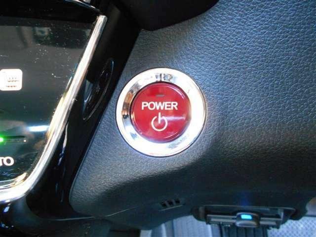スマートキー&プッシュスタートスイッチ。鍵を取り出す手間が省け、ドアノブに触れるだけでドアの解錠や施錠などができます!荷物を沢山持っている時や、雨天時にも助かりますね!