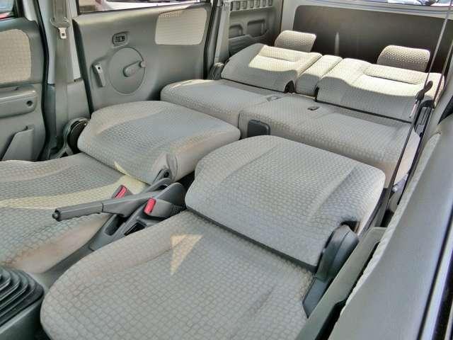 運転席・助手席のヘッドレストを外して倒せばフルフラットへ!リアシートもリクライニングするので大人が横になっても十分な広さ!普段使いから旅行や車中泊にも快適!