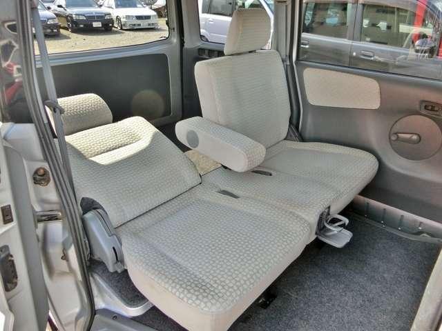 後部座席はリクライニング機能付き!アームレストやドリンクホルダーも装備されていてとても快適!