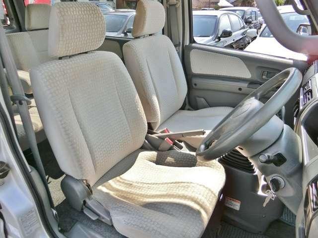 1番傷みやすい運転席!目立つシートの切れはございませんが、座面の側面に小さな穴がございます。