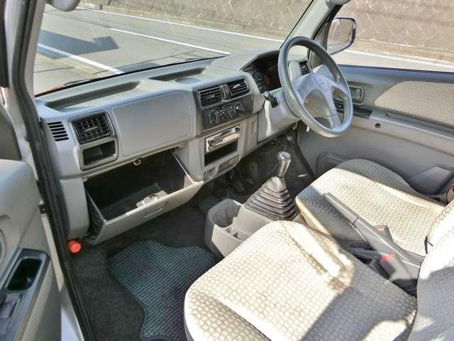 助手席側には大きな収納スペース!車内を広々使えてとても便利!