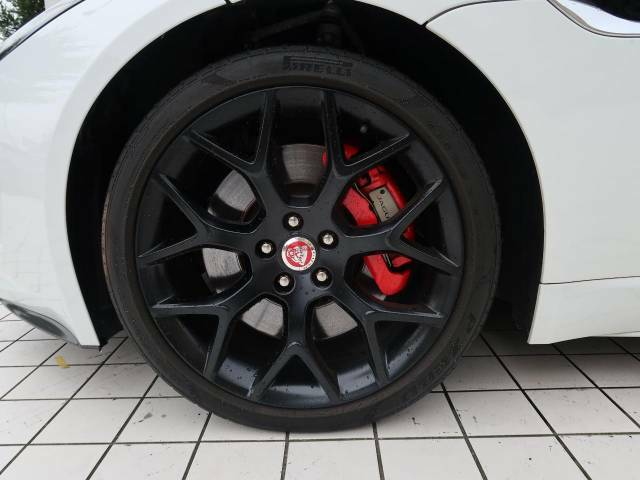19インチホイール!目を惹くデザインで車体との相性も良く必見の装備です。ホイールの中に見えるレッドブレーキキャリパーがスポーティなF-TYPEの魅力を際立たせます!