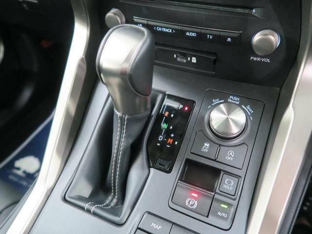 【電動パーキングブレーキ】パーキングブレーキは便利な電動式!ボタン一つで操作でき、アクセルを踏めば自動で解除されます