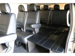 シンプルな10人乗りながらもちょっとした休憩などにもお使い頂ける仕様となっております!