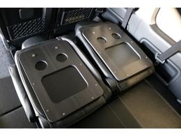 サードシートはリクライニング加工&ドリンクホルダーを装備!