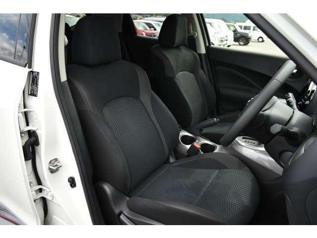 運転席周りは広々としており快適に運転することが出来ます!シートもホールド感がありつかれにくくなっております!