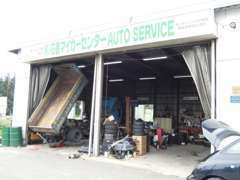 併設のサービス工場です。納車前の整備、その後のアフター(点検・車検)もお任せ下さい。