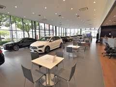 清潔感溢れる商談スペースをご用意しております。お気に入りのお車を見ながら、ゆっくりとお寛ぎいただけます。