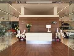 ジャガーランドローバーの最新モデルが常時10台展示しております