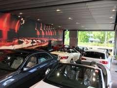 広々としたショールームには特選車が常時多数展示されております。ごゆっくりくつろぎながら、特別な一台をお探し下さい。