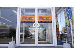 店舗は駅前大通りから静御前通りに入ってすぐ左手にございます!