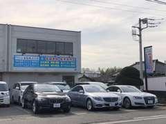 店舗前です。青い看板が目印です!