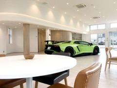 旭川店はスーパーカーやクラシックカーを展示しております。また店内には消毒スプレー・キッズスペースも完備しております。