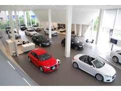 店舗外観にはアルミ材によるハニカムパネルファサードを採用し,内装はホワイト/グレーのモノトーンで統一されています。