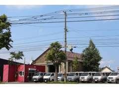 赤い事務所レトロな石蔵の倉庫が当社です!近隣送迎も行っております!お気軽にご相談下さい。