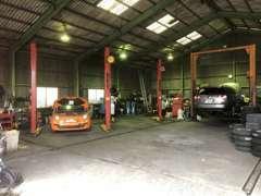 世界的工具ブランド、スナップオンのリフトもございます。トラックや重量のある輸入車などの整備にも対応致します。