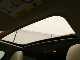 こちらのお車にはガラススライディングルーフが備わっています。チルト・スライドオープン機能が付いておりますので、実用的で解放感に溢れる素敵なドライブを演出してくれます♪