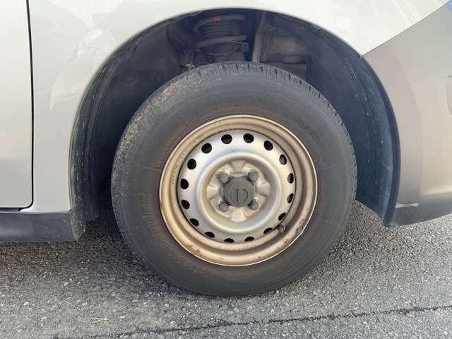 ノーマルタイヤをはいており、タイヤサイズは165R13、タイヤ山はフロントがおおよそ6分、リアがおおよそ3分山程度で、各鉄ホイールには少し錆などがありました。 スペアタイヤは車内に積み込んでおります。