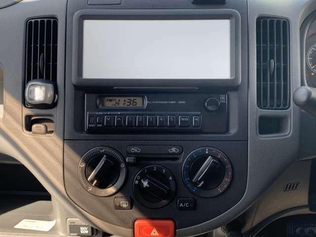 オーディオはバンのお車ですので特にこれと言って特筆するものはありませんが、FM&AMラヂオがついています。 男のドライブは、小林克也さんのファンキーなヴォイスが聞ければ十二分!他に何もいらないですね。