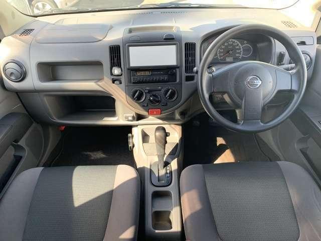 内装も貨物登録の中古車ですので、うす汚れ擦れ使用感などがあり、目に付く箇所もあります。荷台の状態は他で記載しておりますので割愛します。運転席にへたりがあり気になります。運転席カーペットに破れもあります