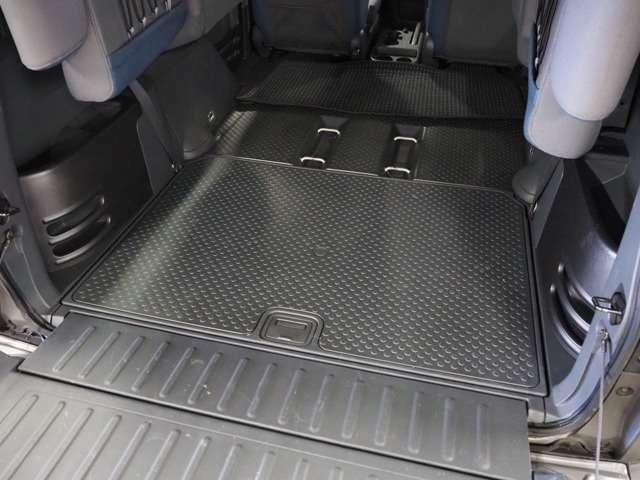 トランク床は防水仕様ですので趣味の道具を置いても気になりません。