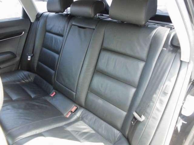 後部座席も使用感はほとんどありません。