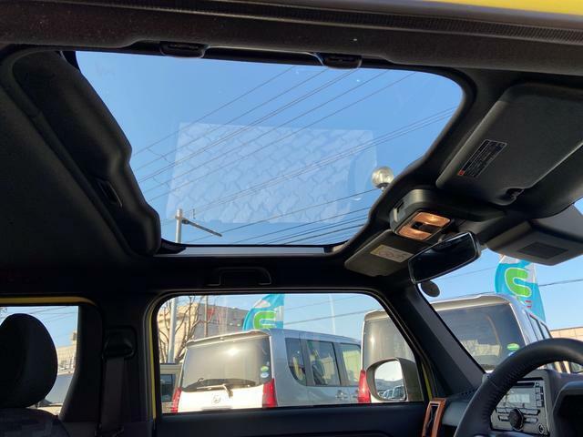 タフトといえばガラスルーフの「スカイフィールトップ」。上からの光の変化を楽しみながら、開放感のあるドライブを楽しめます。日焼け予防のUV&IRカットガラスです。