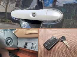 スマートキーシステム搭載車!ドアのロック・アンロックはドアハンドルのボタンをポチッと押すだけ♪もちろんキーレスでの施錠もできます。