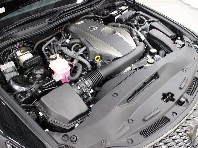 8AR-FTS型 2.0L 直列4気筒 DOHC インタークーラーターボエンジン搭載、駆動方式はFRです。