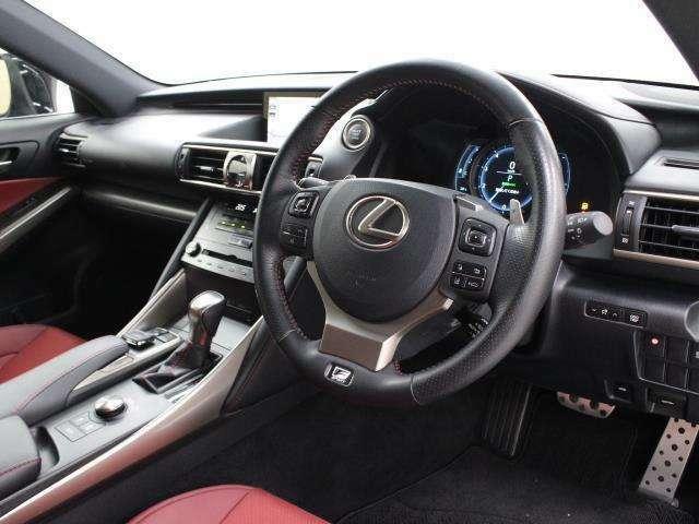 「F SPORT」では、新工法を用いて開発された高いホールド性を持つ専用スポーツシートや、「LFA」の意匠・機構を受け継ぐ個性的な可動式メーターなどを採用しています。