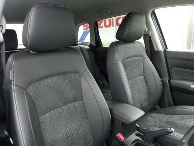 長時間運転でも快適なシート。アームレスト装備