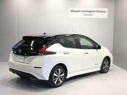 日産リーフは100%電気自動車。ご自宅でも充電が可能です。ガソリンスタンドに行く必要がなくランニングコストも魅力的です。