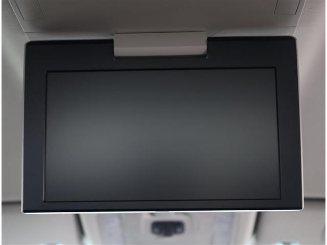 後席用大画面モニターですね。 ドライブをしていて一番退屈な時が渋滞の待ち時間ですよね。 これがあれば後ろでも快適な大きさで見れて退屈な渋滞でも快適に過ごせますよ。