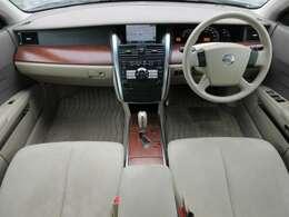 パールスエードと呼ばれるシート表皮が使用されております♪座り心地も◎♪内装はベージュを基調とした明るくて清潔感のある車内になっております♪パネル類にも目立つキズや汚れ等も無くとてもキレイな状態です♪