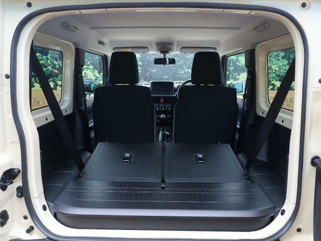 後部座席を倒すことで大容量のラゲッジスペースを確保。大きな荷物もらくらく収納可能です。 2列目はキャプテンシートで、広々とおくつろぎいただけます♪