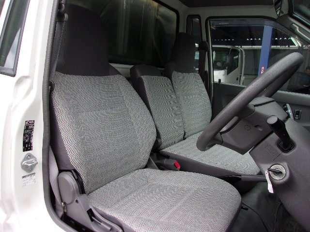フロントシートの画像です。乗車定員3名です。
