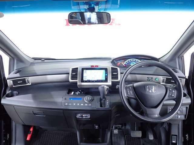 ハーフシェードフロントウインドウが、まぶしい光をカットし、さらに高級感を演出します。ワイドな視野角で良好な運転視界を実現してます。