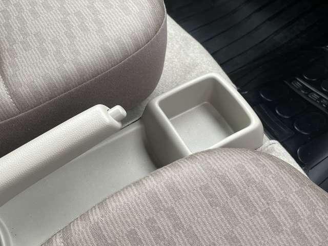 運転席、助手席の間にあるセンターコンソールトレー☆カードや小物の収納に☆運転中に必要となる可能性があるものはここに置いておくと、鞄の中を急いで探さなくてもいいですね☆