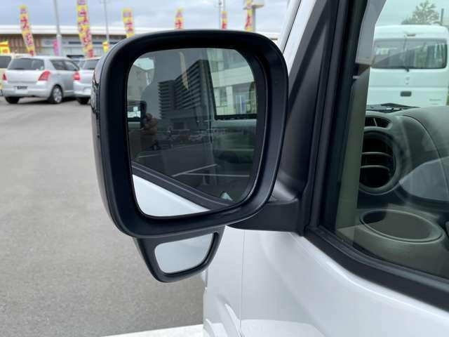 助手席側のドアミラーにはサイドアンダーミラーがついているのでギリギリまで幅寄せしたい時など運転席からの死角を解消してくれますよ☆