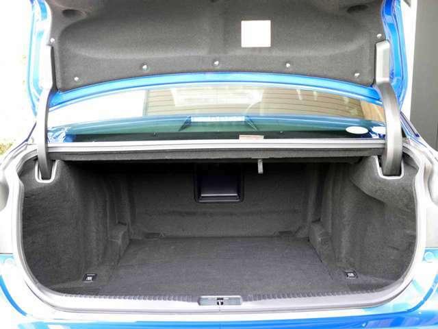 トランクも大容量です。開口部も大きく、荷物の出し入れも楽々です。レクサスセーフティ+(プリクラ・レーンキーピングアシスト・オートマチックハイビーム・レーダークルーズ)が装備です。