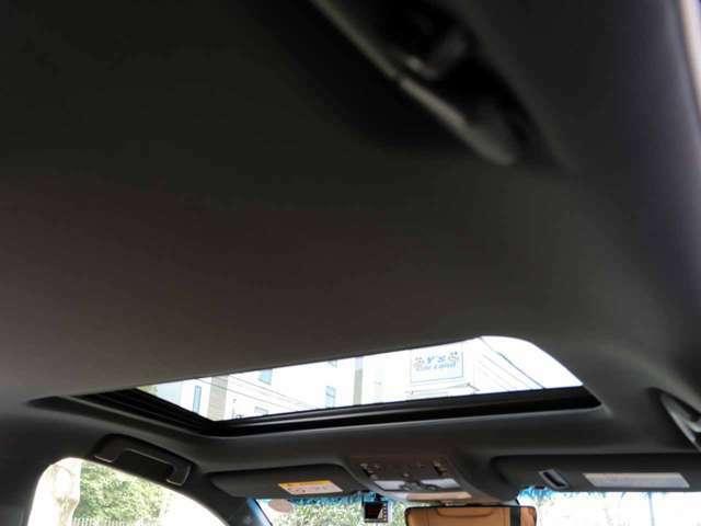 メーカーオプションのムーンルーフ付きです。天井もとてもきれいな状態です。禁煙車です。Fスポーツ専用ブラックインテリア(ピラー・ルーフ)です。