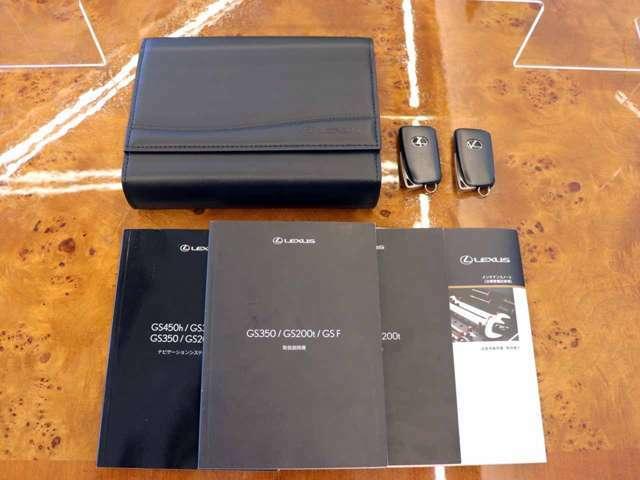 車検証ケース・取扱説明書・記録簿・新車時保証書・スマートキー×2ございます。