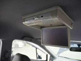 車内でビデオなどの映像を楽しめるリア席モニター付きです