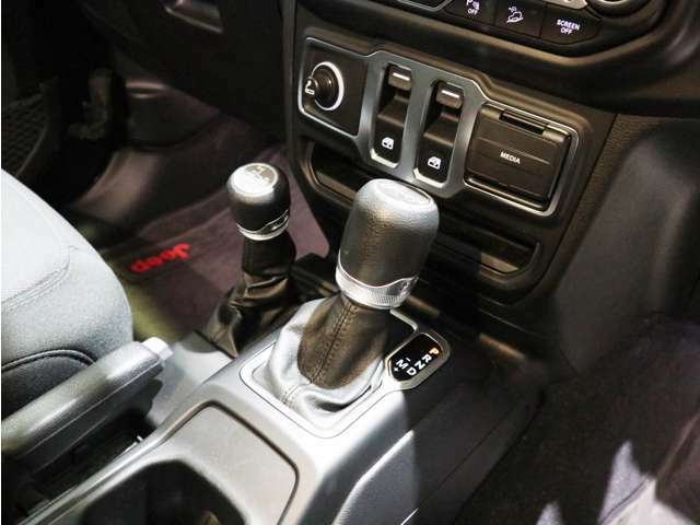 シフトレバー横のトランスファーレバーで、路面に合わせて駆動を任意に切り替え可能です!