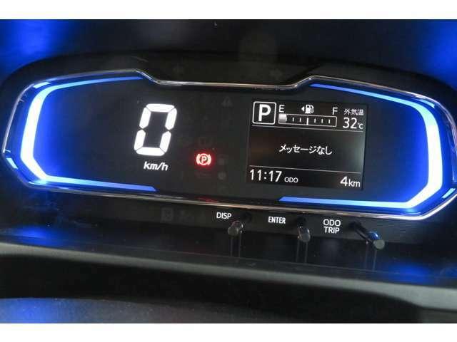 メーターは大きく分かりやすく、質感も高いデジタル表示。縁の照明は燃費がいい運転時にグリーンへと変わりおしゃれですね!ほかにもタイヤが向いている方向や平均燃費、航続可能距離など教えてくれます♪♪